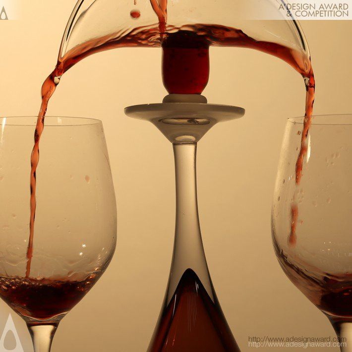 Ruiqi Dai Divide Wine Into Two Wine Glasses